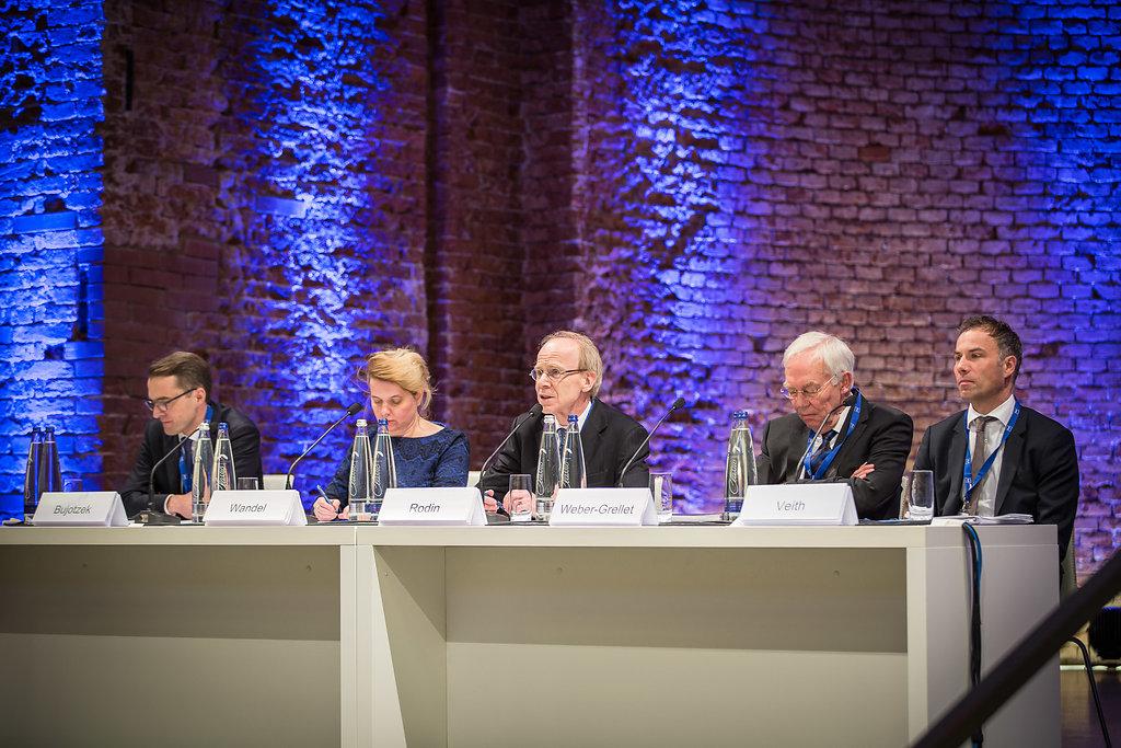 Alles Auslegungssache – Peter Bujotzek, Esther Wandel, Andreas Rodin, Heinrich Weber-Grellet und Amos Veith (v.l.n.r.) diskutieren Anwendungsprobleme aus der Rechtspraxis.