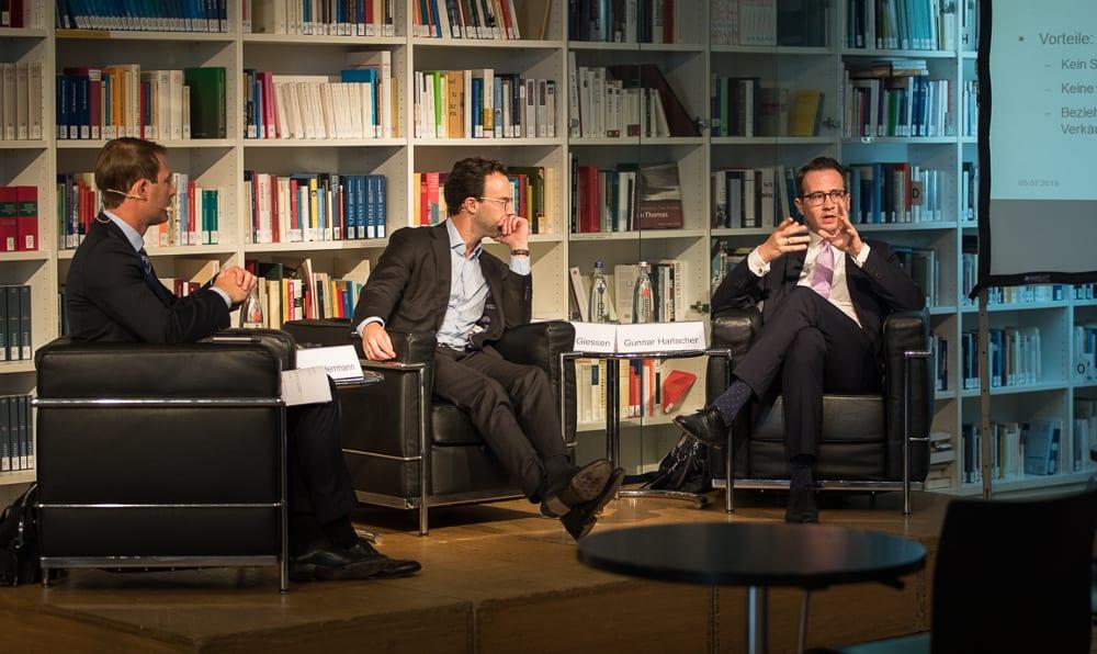 Gerald Herrmann (P+P), Dr. Philipp Giessen (Marsh GmbH) und Gunnar Harlacher (AIG) diskutieren die Vor- und Nachteile einer W&I-Versicherung.