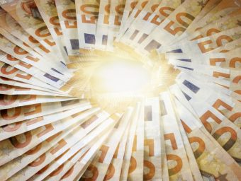 Konstant hoher Zinssatz in Zeiten dauerhaft niedriger Zinsen – Bei Steuernachzahlungen macht der Staat derzeit ordentlich Kasse.