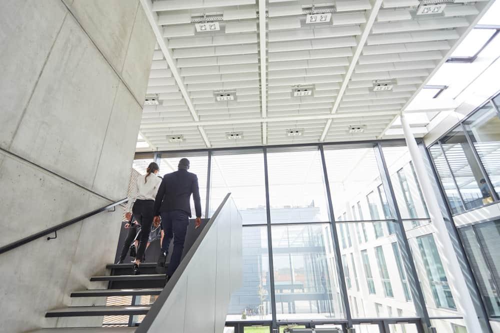 Corporate Governance – Finanzmarktskandale wie der Fall Wirecard oder die Gleichstellung der Geschlechter – Aktuelle Themen der Branche finden auch Eingang in die deutsche Gesetzgebung. Quelle: Robert Kneschke/AdobeStock